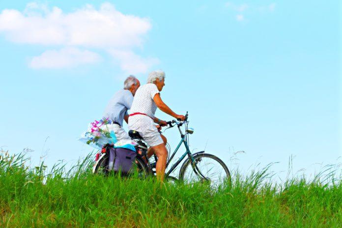 Ηλικιωμένο Ζευγάρι με Ποδήλατα